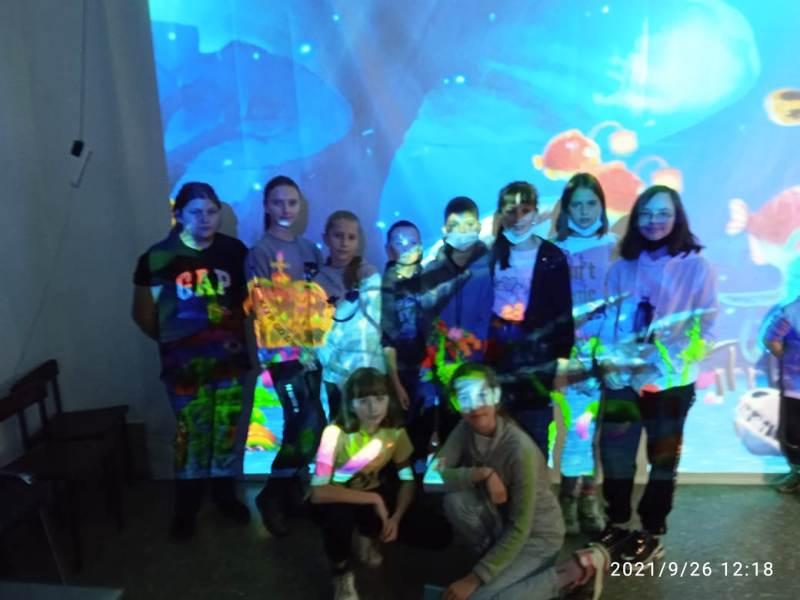 группа детей на выставке
