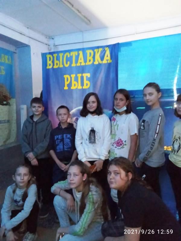 дети на выставке рыб