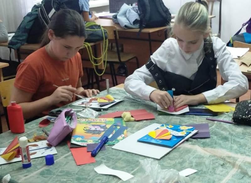 Дети делают открытку