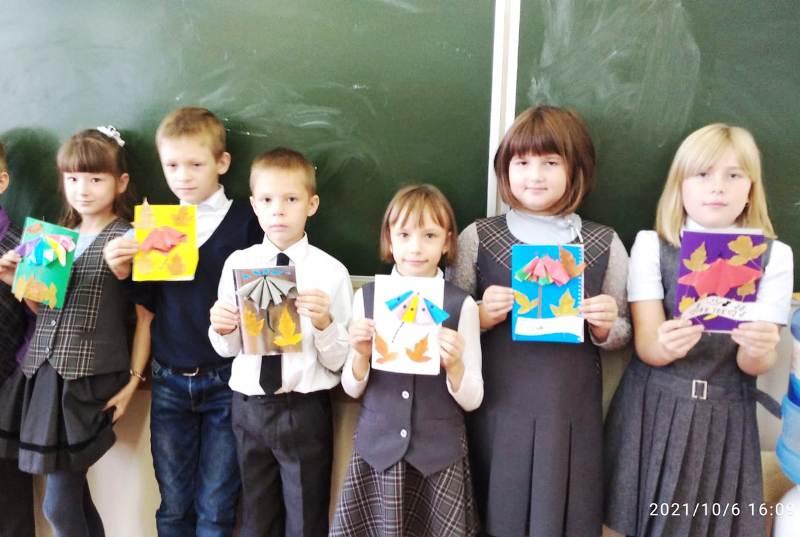 Дети изготовили открытки в День пожилого человека