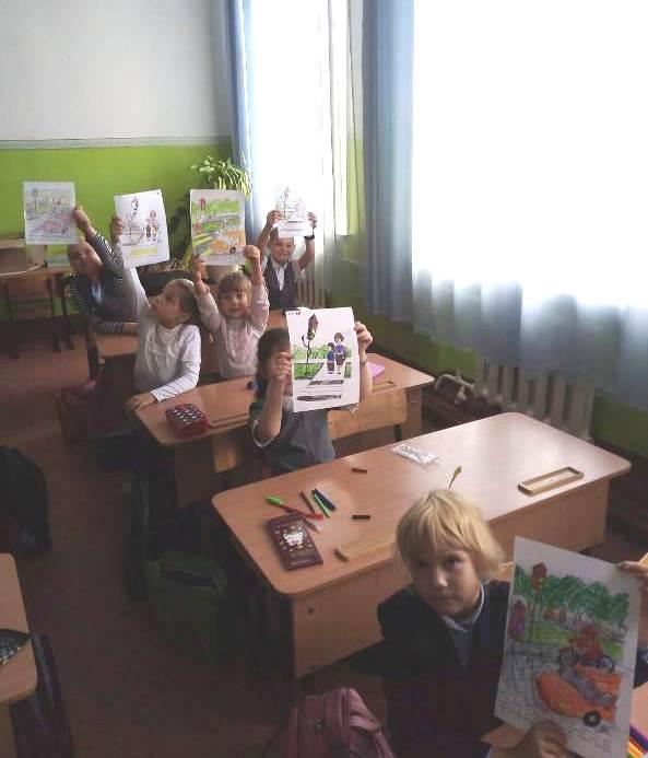 дети демонстрируют рисунки по ппд