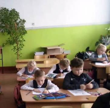 дети сидят за партами